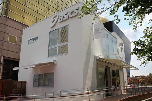 朝食にデザートやお酒、フィットネスまで楽しめる。アシックスの新施設が隅田川沿いにオープン